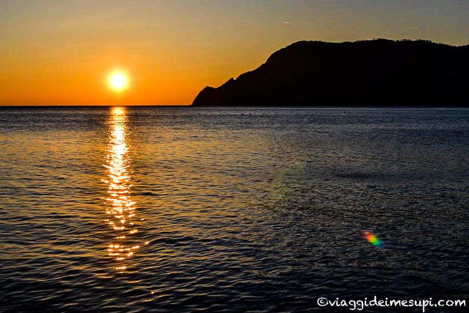 Trekking nelle Cinque Terre, tramonto a Vernazza