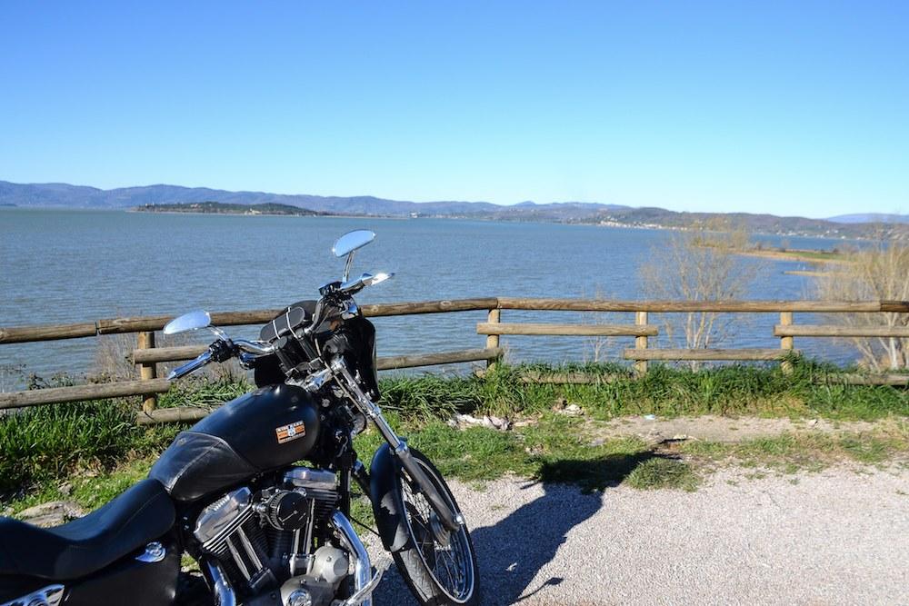 Itinerario moto sul Trasimeno: 8 tappe e 50 km di meraviglie nel cuore d'Italia